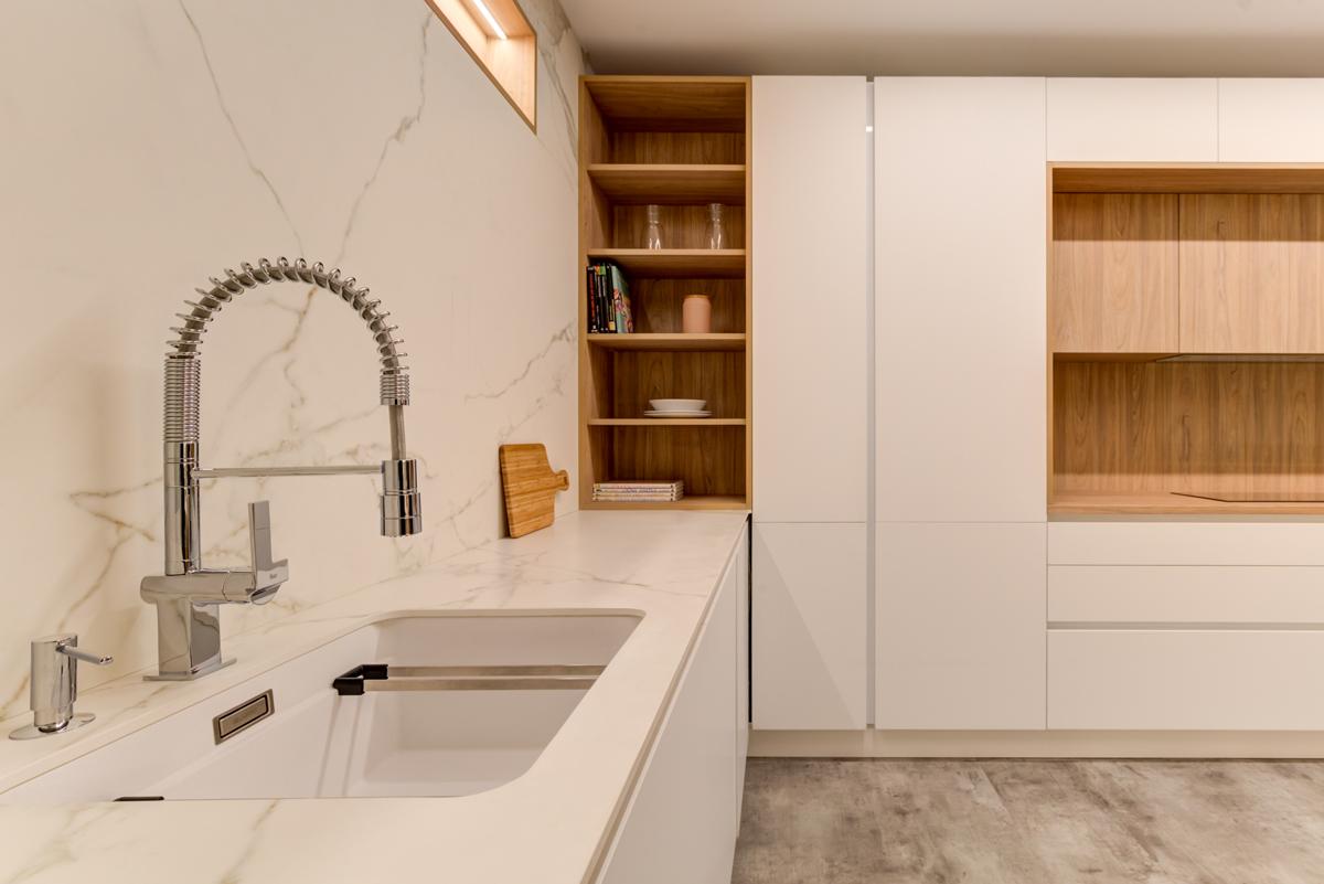 fregadero integrado en cocina blanca