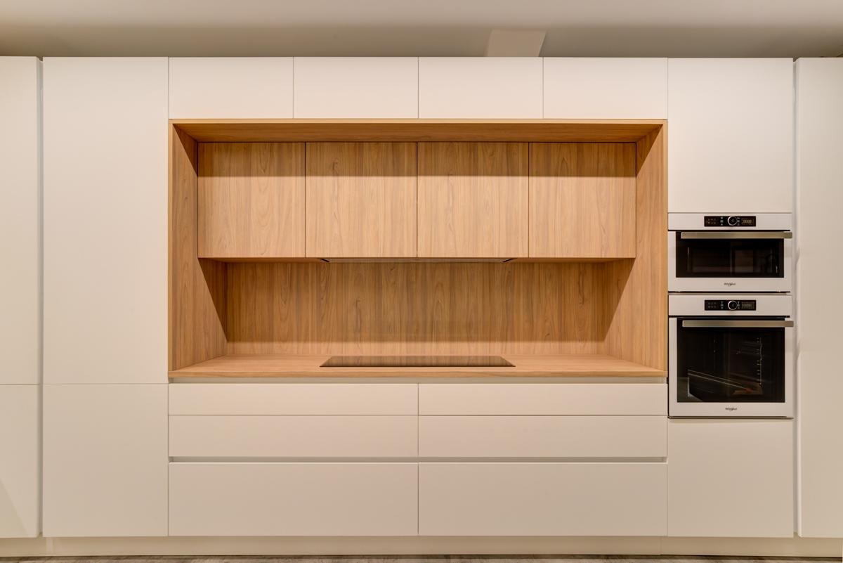 muebles de cocina blancos con tirador escondido