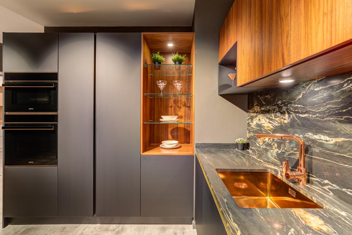 cocina con complementos color cobre